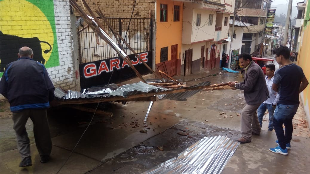 Los vientos levantaron techos de calaminas.