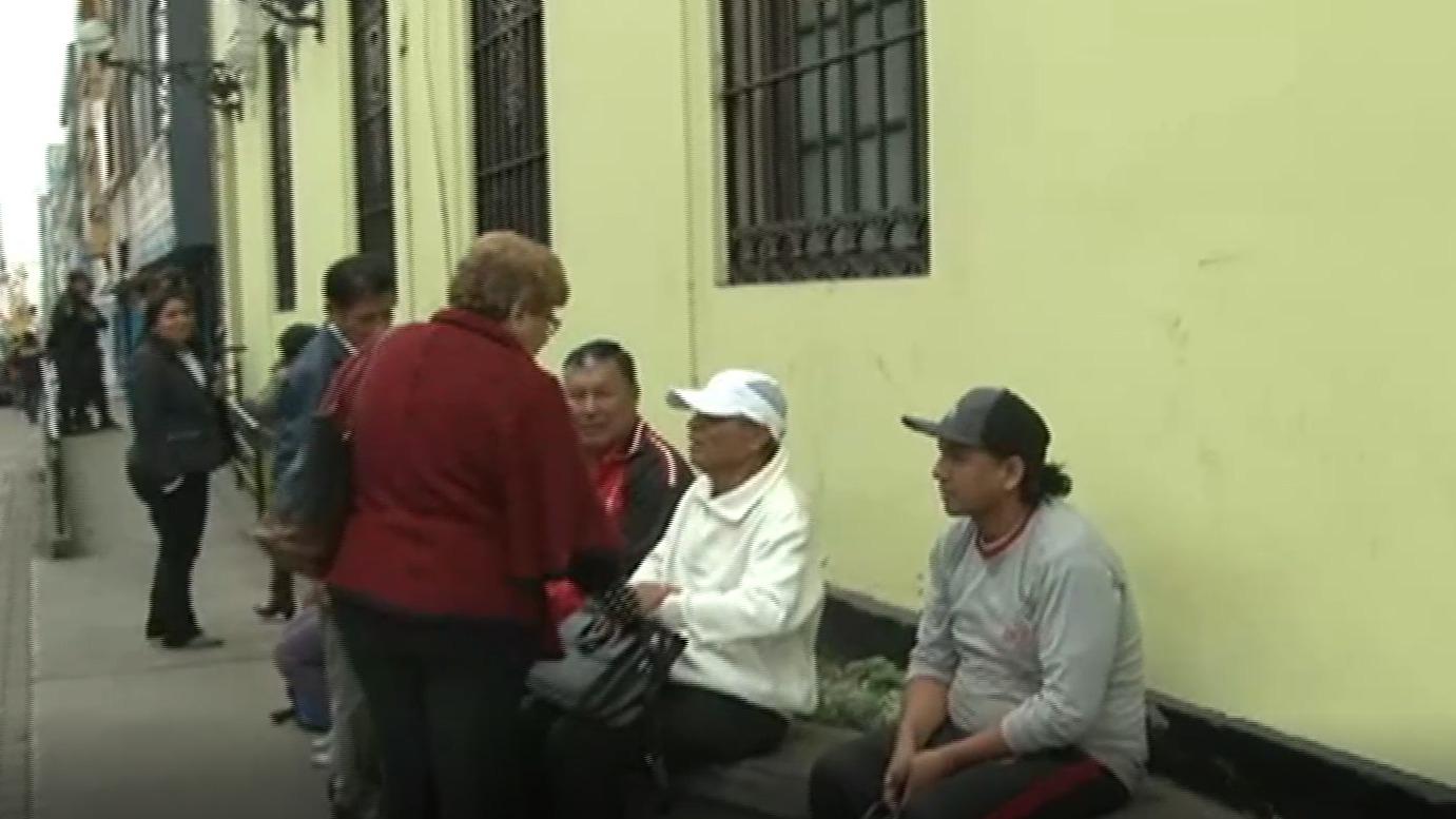 Extrabajadores de la municipalidad llegaron hasta el lugar para exigir que el alcalde les pague la deuda de su sueldo.