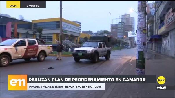 Policía y autoridades municipales realizan plan de reordenamiento en Gamarra.