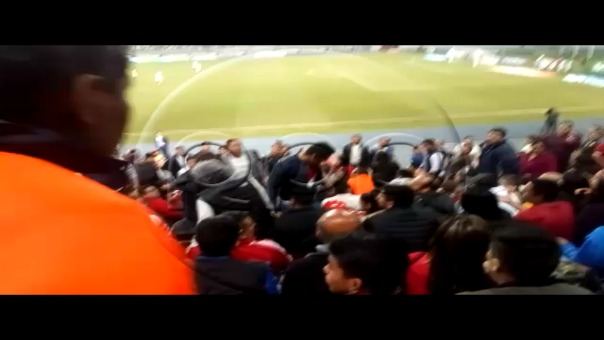 Una pareja de hinchas de Alianza Lima fueron retirados de occidente.