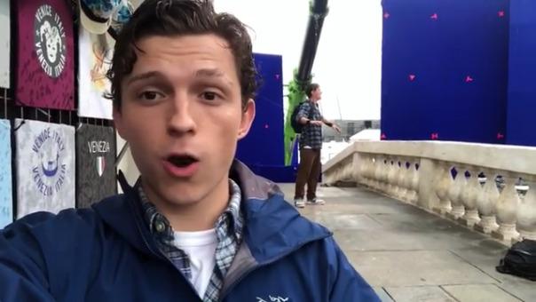 El actor Tom Holland subió un video a redes sociales, donde reveló una escena de la secuela de Spider-Man.