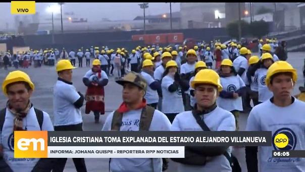 Miembros de la iglesia cristiana están en la explanada del estadio 'Matute'.