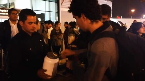 Jhorkys Álvarez recolecta donaciones en el aeropuerto Jorge Chávez para poder regresar a Venezuela.