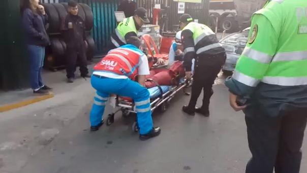 Un herido es trasladado por personal del SAMU hacia un hospital.